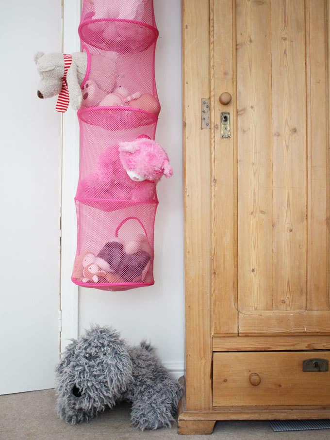 Hanging IKEA soft toy storage hiding behind the door... A little girl's pink and mint green bedroom tour. Inspiration and decoration ideas for a perfect room for a four year old girl.