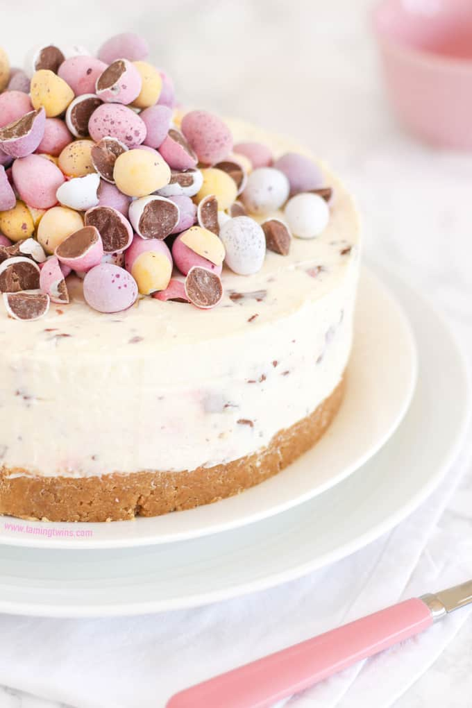 THE Easter dessert! *WITH VIDEO GUIDE* This No Bake Mini Egg Cheesecake is light and easy peasy, packed with Easter chocolate treats. A crumbly biscuit base, topped with whipped cream and cream cheese, absolutely delicious and easy enough for even the beginner. https://www.tamingtwins.com