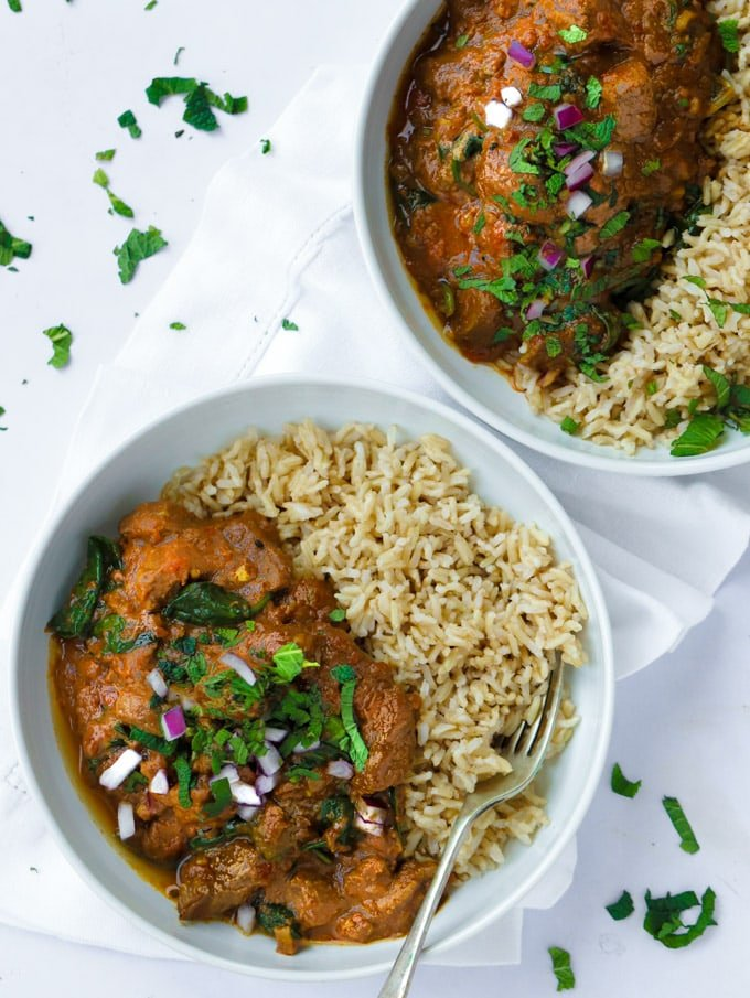 Easy slow cooker beef curry recipe with spinach and tomatoes