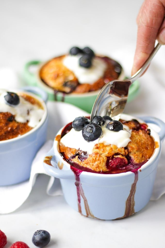 This delicious basic Easy Baked Oats recipe is the perfect healthy breakfast dish. A no stir porridge, or baked porridge, is Slimming World plan friendly, and easy to make ahead. Serve with juicy raspberries and blueberries! #tamingtwins #bakedoats #breakfast #breakfastrecipe #slimmingworld #slimmingworldrecipe