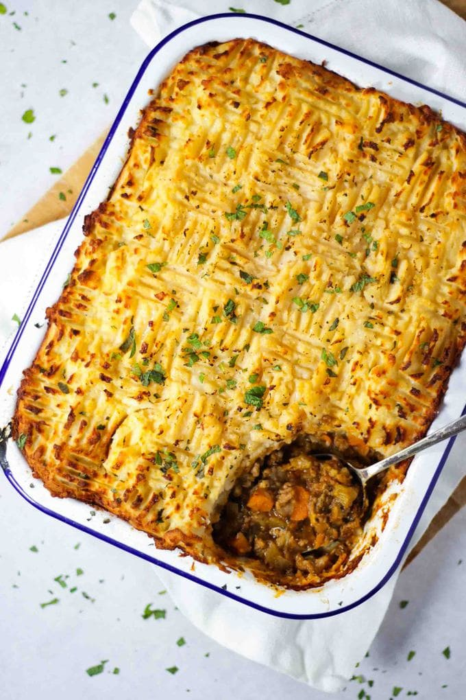 This easy, comforting Shepherd's Pie recipe is the perfect antidote toa cold winters day. It is also ideal for batch cooking and freezing ahead of time. It can also easily be made gluten free and Slimming World friendly. What's not to love? This delicious lamb dinner is a family favourite in England and the UK, try it! #tamingtwins #lambrecipe #shepherdspie #easydinner #batchcooking #freezermeals #freezerfoods #lamb