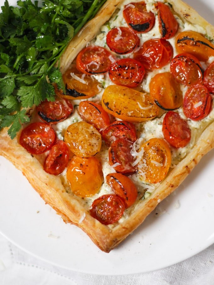 Small puff pastry tart with ricotta cheese, tomatoes and parsley